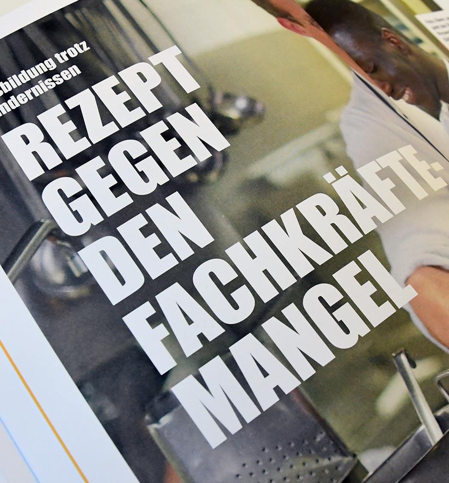 """Nahaufnahme einer Innenseite des IHK Magazins TOOLBOX. """"Ausbildung trotz Hindernissen. Rezept gegen den Fachkräftemangel""""."""