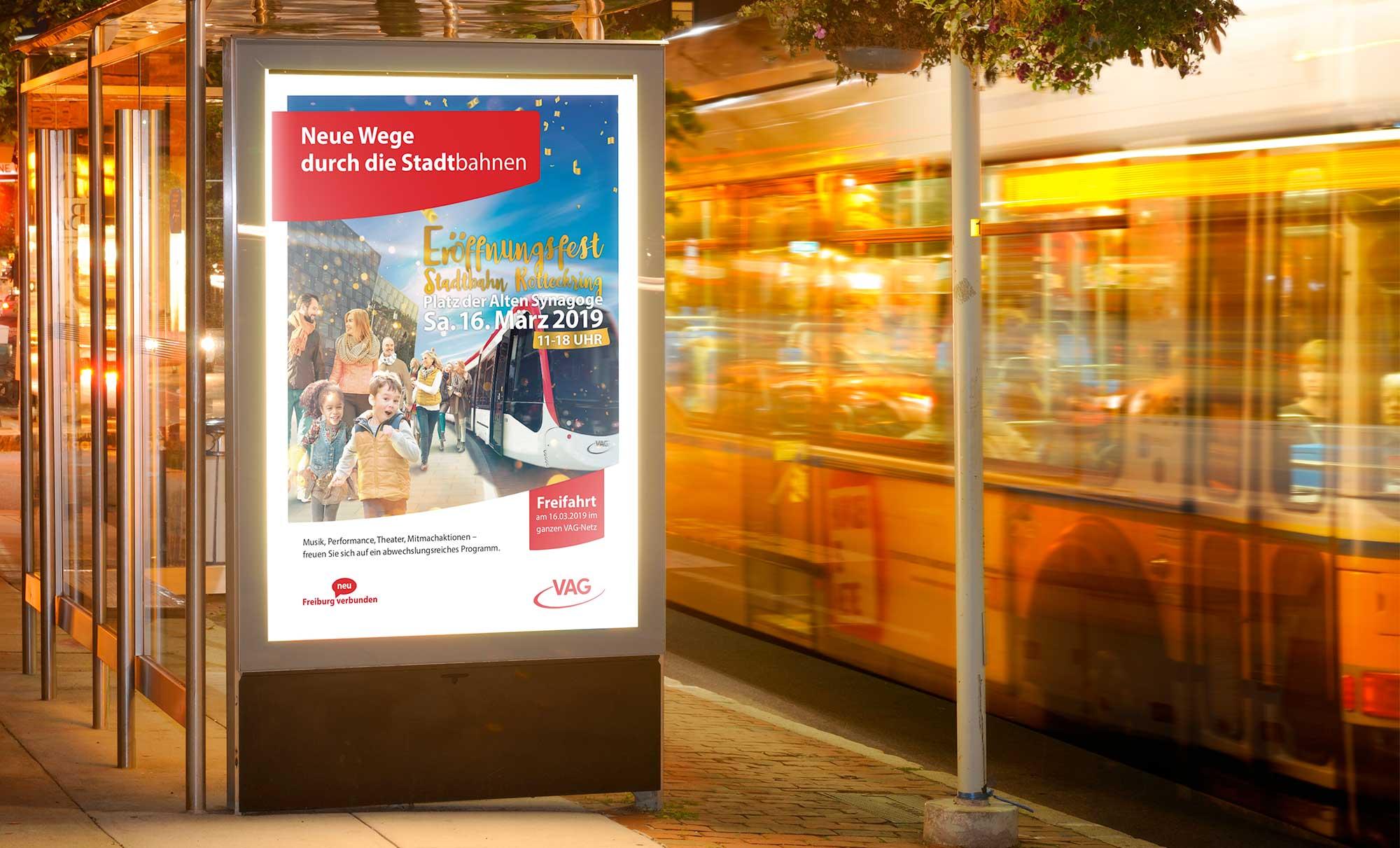 Werbung auf einem Plakat zur Eröffnung der neuen Stadtbahn am Rotteckring in Freiburg. Text: