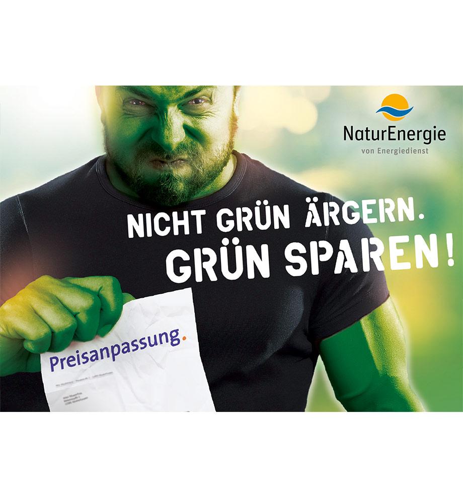 Werbung Motiv für NaturEnergie von Energiedienst. Nicht grün ärgern. Grün sparen! Mann wird zum grünen Hulk nachdem er eine Preisanpassung in der Post hat.