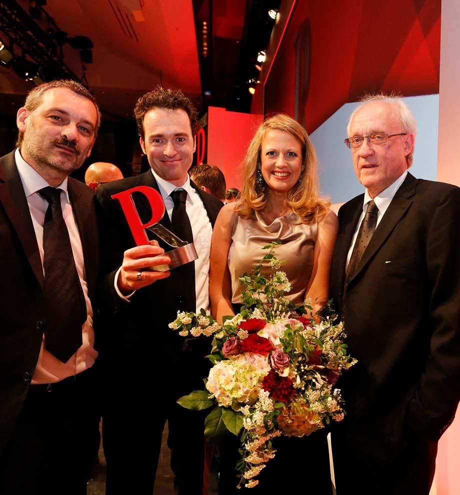 Geschäftsführung (Fritz Klieber, Prof. Dr. Martin Ludwig Hofmann, Michael Schleiner) mit Barbara Schöneberger bei der Verleihung des PR Report Awards