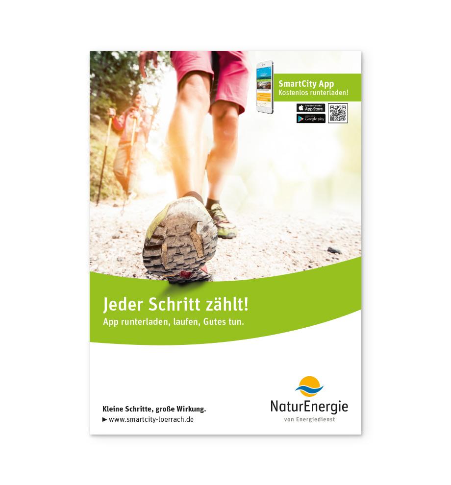 """Motiv für die SmartCity App von NaturEnergie von Energiedienst: Nahaufnahme von einer Frau beim Nordic Walking, die auf den Betrachter zuläuft. Beschriftung: """"Jeder Schritt zählt! App runterladen, laufen, Gutes tun."""""""