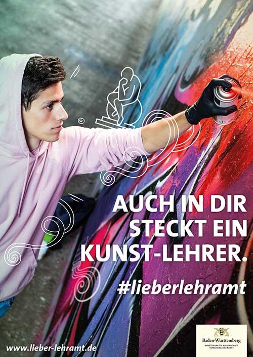 """Werbekampagne """"Auch in Dir steckt ein Lehrer."""" #lieberlehramt Motiv Kunst-Lehrer. Junger Mann in rosa Hoodie sprayt rote Farbe an eine Graffitiwand. Um ihn herum schwirren Symbole zum Thema Kunst."""