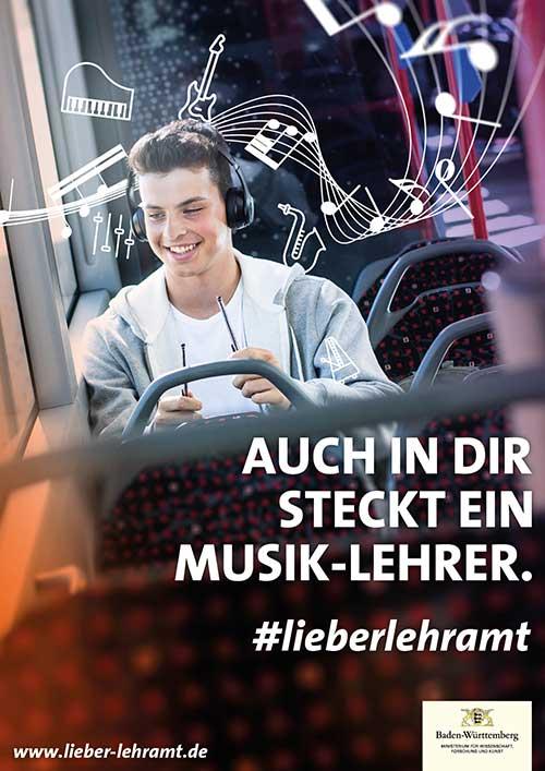 """Werbekampagne """"Auch in Dir steckt ein Lehrer."""" #lieberlehramt Motiv Musik-Lehrer. Junger Mann trommelt freudig mit Kopfhörern auf dem Kopf auf dem Sitz vor ihm im Bus. Um ihn herum schwirren Symbole zum Thema Musik."""