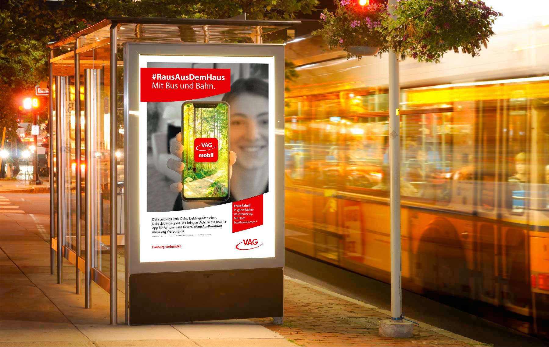 Raus aus dem Haus – Mit Bus und Bahn. Motiv der neuen Werbekampagne für die Freiburger Verkehrs AG (VAG)