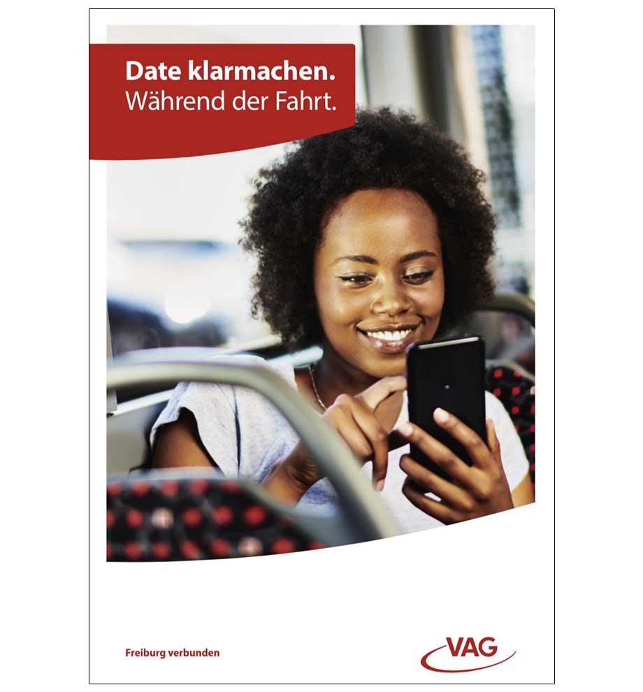 VAG Freiburg Werbung von Werbeagentur Schleiner und Partner - Junge Frau schreibt freudig und grinsend auf ihrem Handy mit jemandem. Der Titel lautet: Date klarmachen. Während der Fahrt.