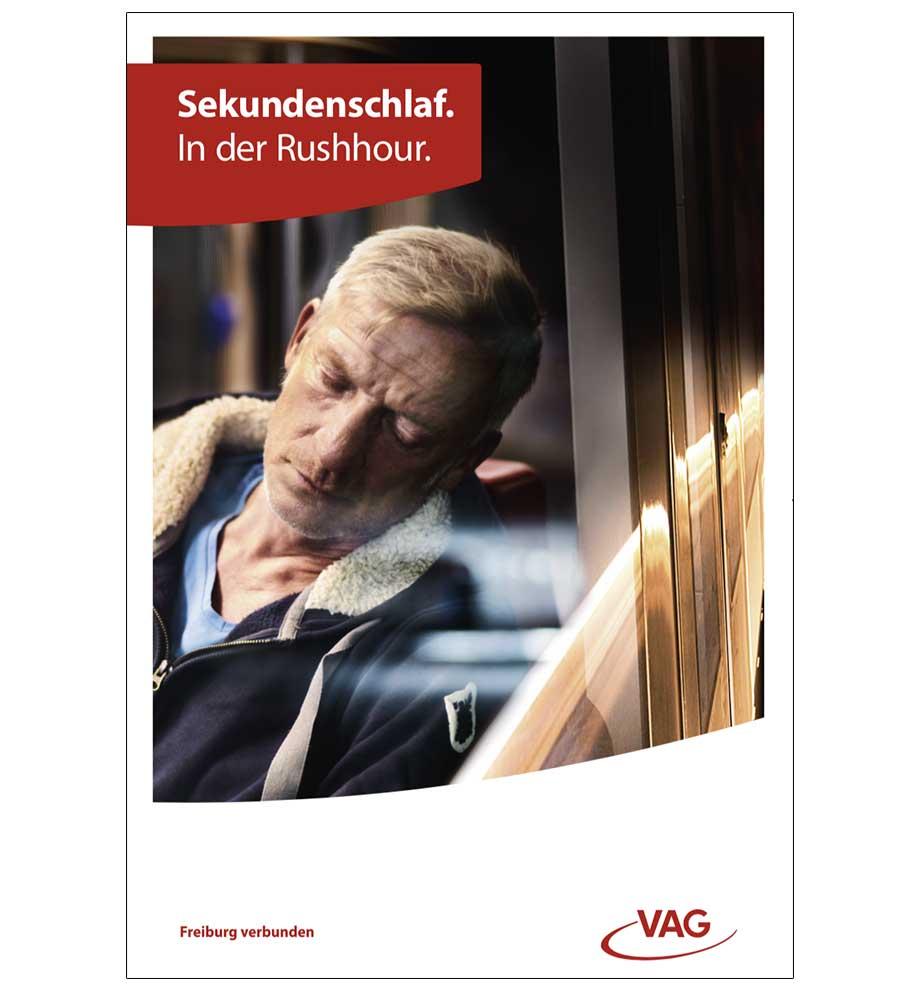 VAG Freiburg Werbung von Werbeagentur Schleiner und Partner - Mann schläft sorgenfrei in der Stadtbahn Freiburg bei Dunkelheit ein. Der Titel lautet: Sekundenschlaf. In der Rushhour.