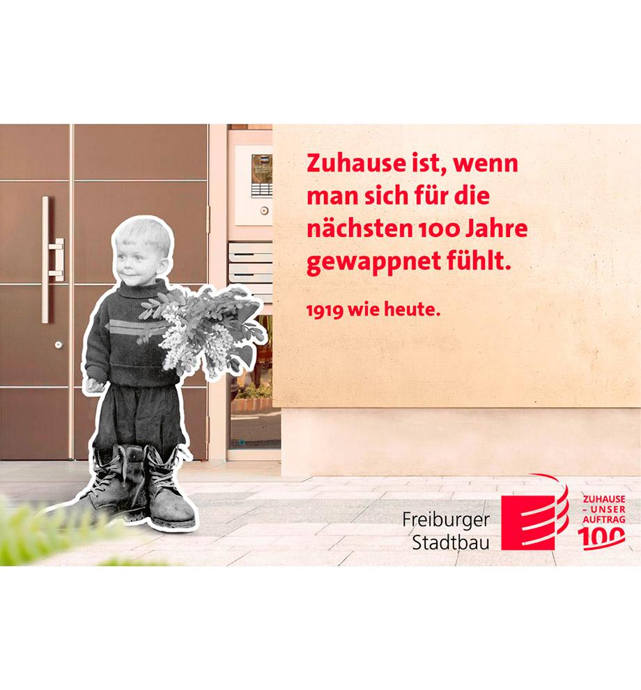 """Imagemotive zum 100 jährigen Jubiläum der FSB – Motiv 1919 wie heute: Junge in schwarz weiß steht mit zu großen Stiefeln und einem Blumenstrauß vor einem modernen Gebäude in Farbe. Text: """"Zuhause ist, wenn man sich für die nächsten 100 Jahre gewappnet fühlt."""" 1919 wie heute."""