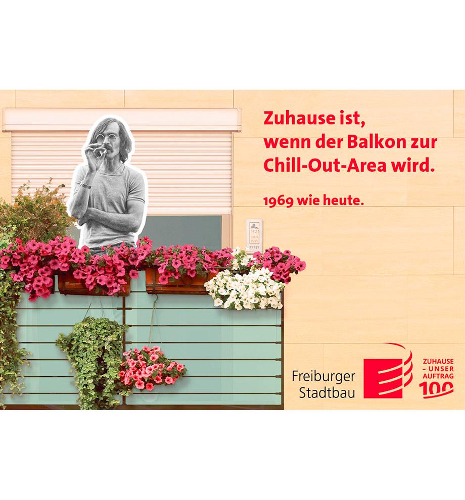 Imagemotive zum 100 jährigen Jubiläum der FSB – Motiv 1969 wie heute: Hippie Mann aus dem Jahr 1969 in schwarz weiß steht rauchend auf einem modernen bunten Balkon. Text: Zuhause ist, wenn der Balkon zur Chill-Out-Area wird. 1969 wie heute.
