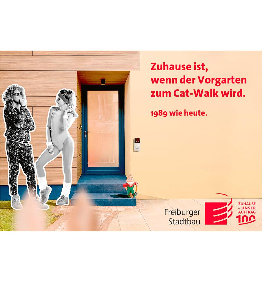 Imagemotive zum 100 jährigen Jubiläum der FSB – Motiv 1989 wie heute: Zwei Frauen stehen in Gymnastikdress, typisch der späten 80er, vor einem modernen bunten Hauseingang. Text: Zuhause ist, wenn der Vorgarten zum Cat-Walk wird. 1989 wie heute.