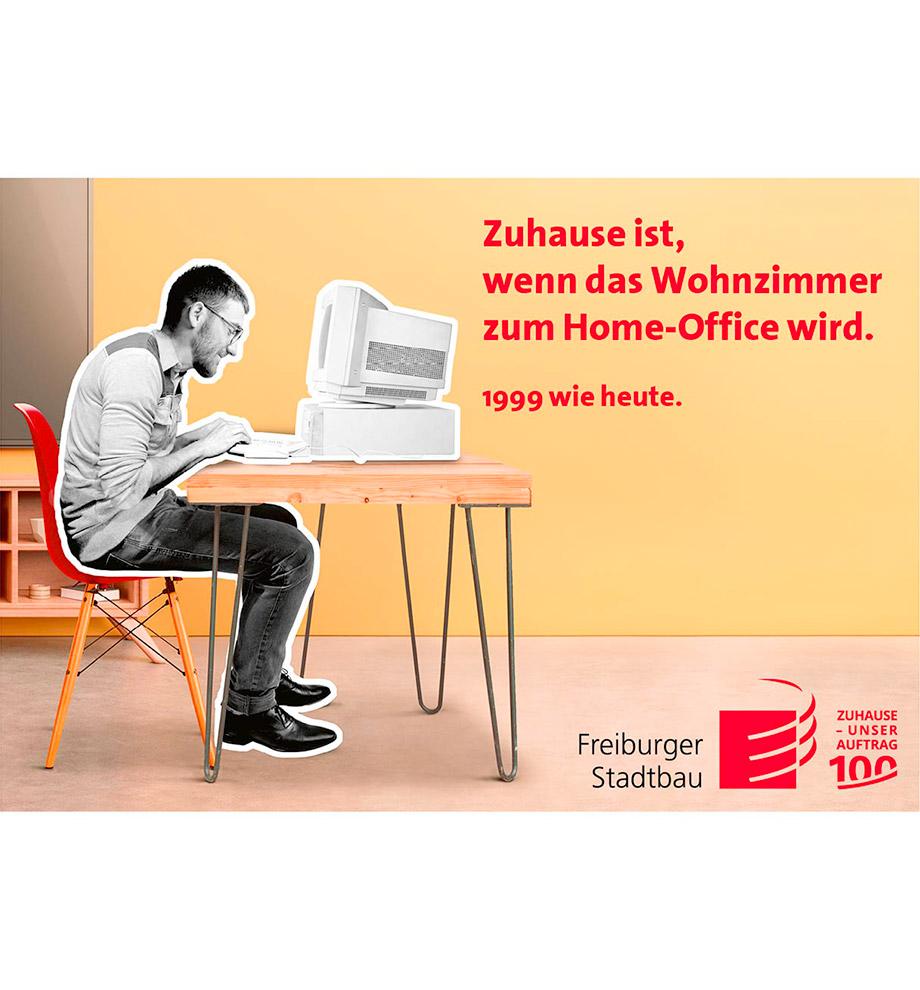 Imagemotive zum 100 jährigen Jubiläum der FSB – Motiv 1999 wie heute: Typischer Nerd sitzt in schwarz weiß vor einem PC mit Röhrenmonitor in einer modernen bunten Wohnung. Text: Zuhause ist, wenn das Wohnzimmer zum Home-Office wird. 1999 wie heute