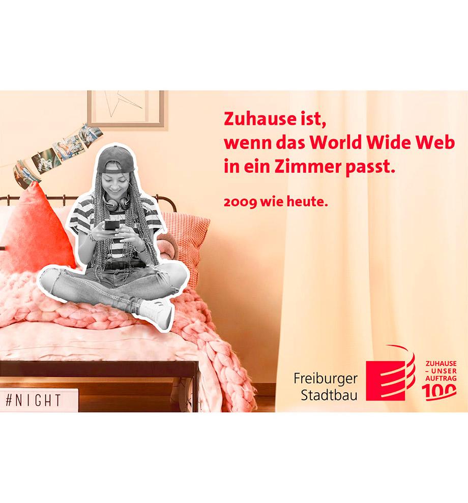 """Imagemotive zum 100 jährigen Jubiläum der FSB – Motiv 2009 wie heute: Jugentliches Mädchen sitzt in typisch 2000er Klamotten auf ihrem Bett in schwarz weiß. Das Bett und das Zimmer ist bunt. Text: Zuhause ist, wenn das World Wide Web in ein Zimmer passt."""" 2009 wie heute"""