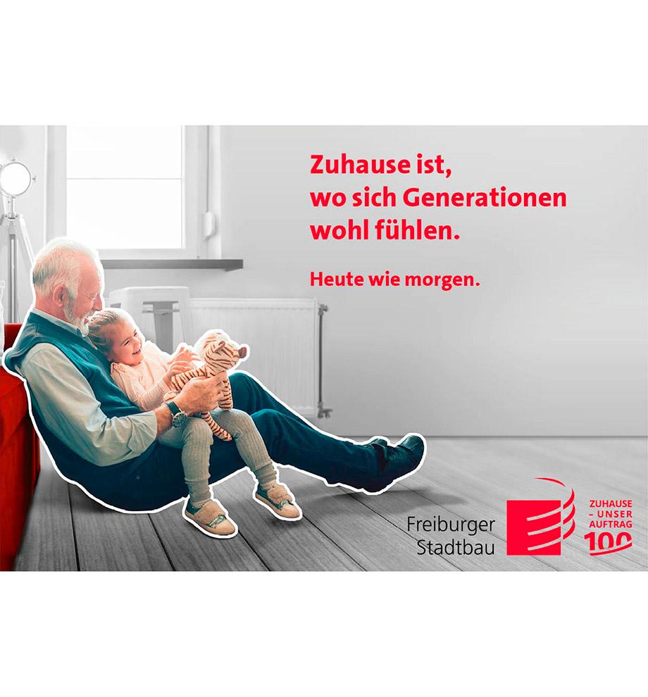 Imagemotive zum 100 jährigen Jubiläum der FSB – Motiv Heute wie morgen: Großvater spielt mit seiner Enkelin vor deren Sofa auf dem Boden in Farbe. Im Hintergrund ist die Wohnung schwarz weiß. Text: Zuhause ist, wo sich Generationen wohl fühlen. Heute wie morgen.