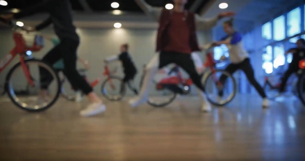 Ausschnitt Film mit der Gruppe jugendlicher Tänzer der Tanzschule Gutmann beim Flashmob in Freiburg.