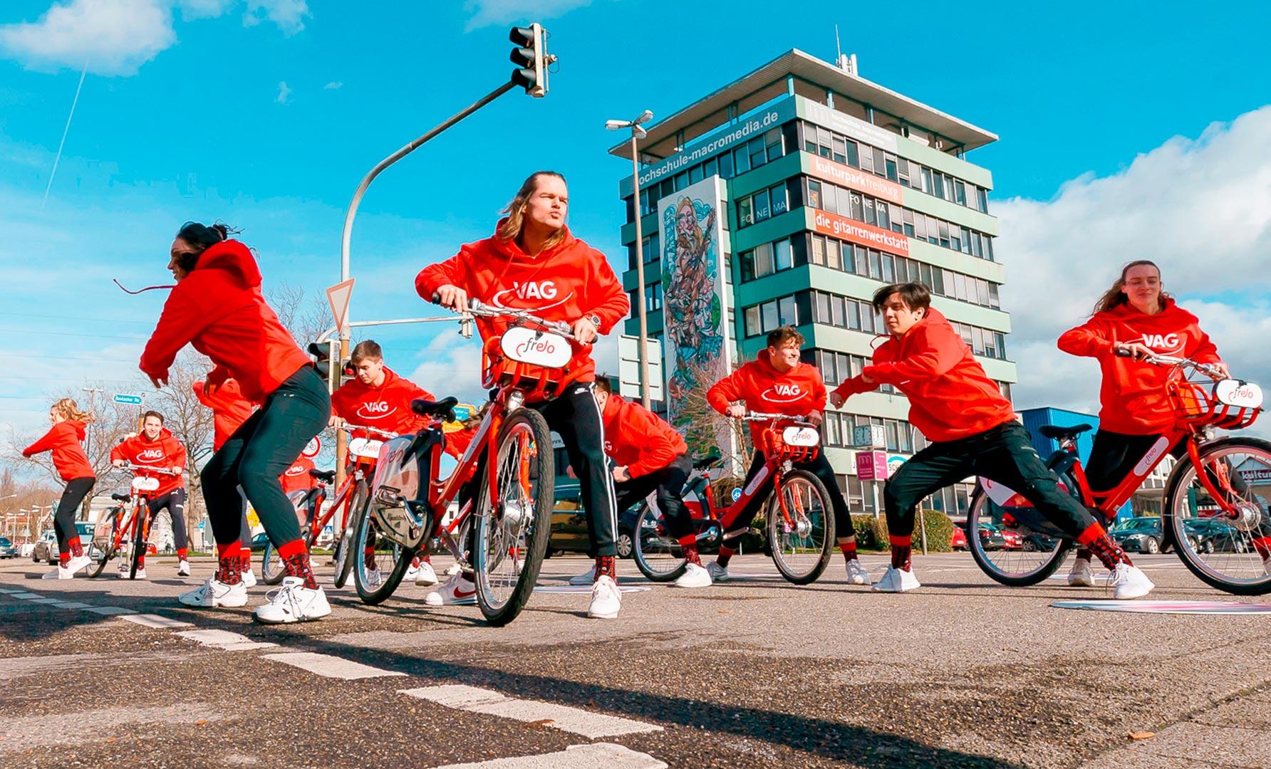 Gruppe jugendlicher Tänzer der Tanzschule Gutmann beim Flashmob der Werbeagentur Schleiner und Partner für die VAG Freiburg.
