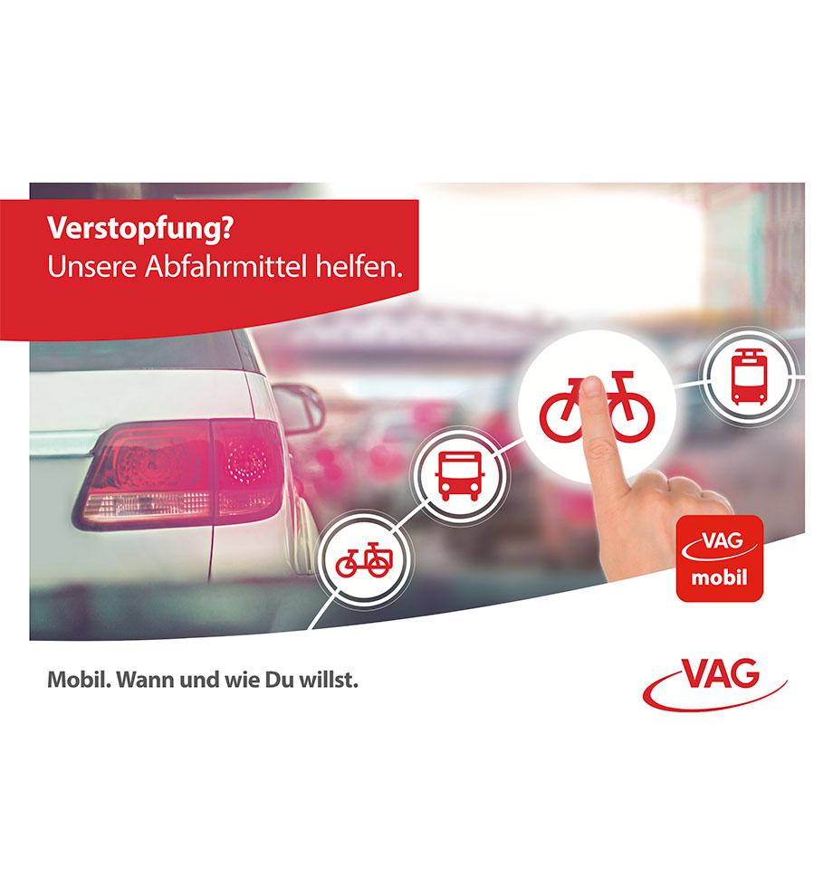 Verstopfung? Unsere Abfahrmittel helfen. Sicht aus Fahrerkabine im Auto auf einen Stau. Eine Hand wählt in vielen Möglichkeiten der VAG ein Fahrrad als Alternative. Mobil. Wann und wie Du willst.