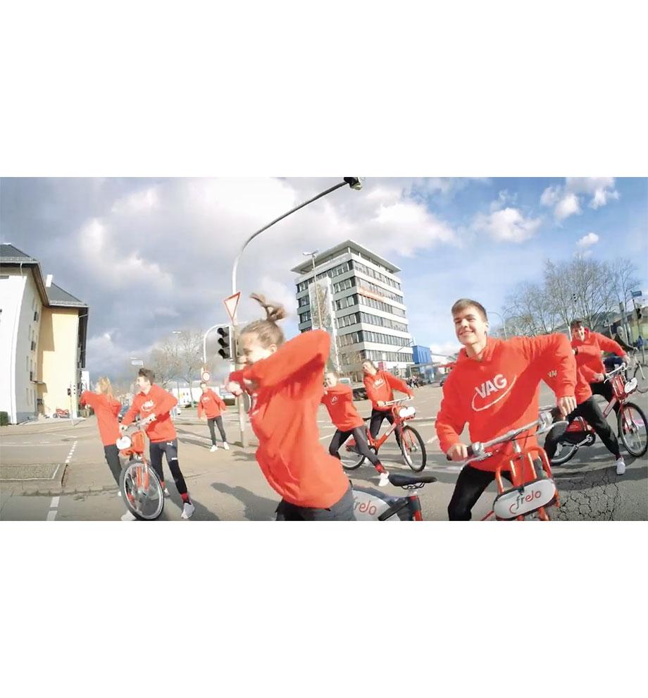 Gruppe jugendlicher Tänzer der Tanzschule Gutmann beim Flashmob in Freiburg.