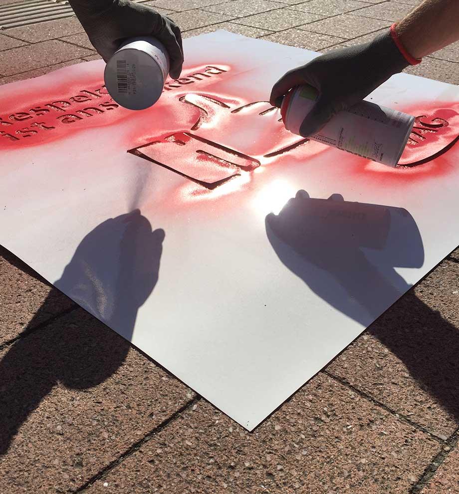 Graffitti-Künstler bei Guerilla Aktion an Haltestellen in Freiburg: Respekt ist ansteckend, Daumen nach oben -Icon, VAG Freiburg