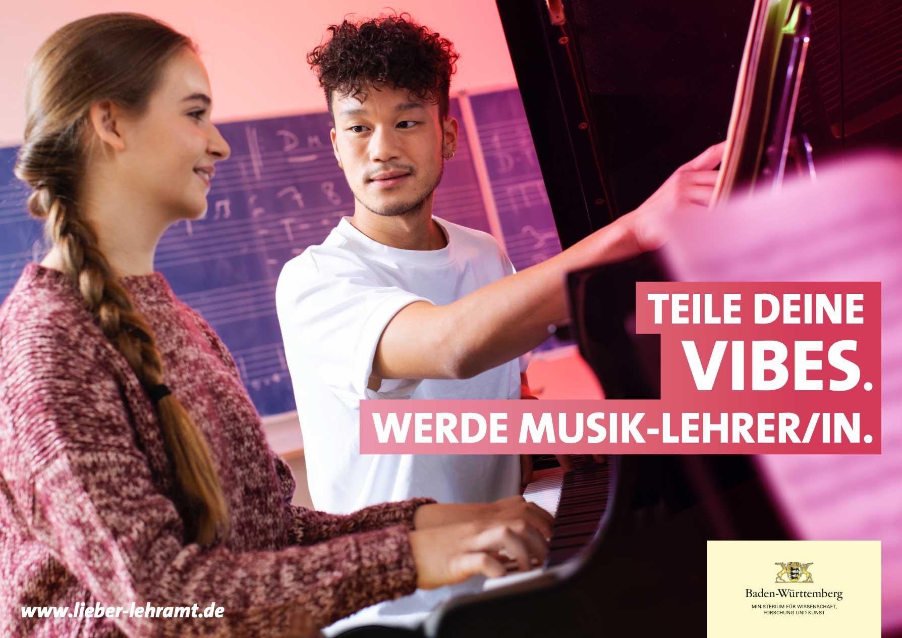 Teile Deine Vibes. Werde Musik-Lehrer/in. Zwei musikbegeisterte Jugendliche spielen gemeinsam am Klavier.